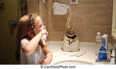 girl, salle bains, hygiene., quotidiennement, dents, toothbrush., électrique, brosses, oral