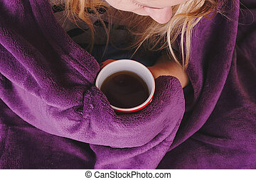 girl, s'asseoir sofa, dans, livingroom, à, thé