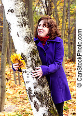 Girl saw something unpleasant on the trunk of a birch.