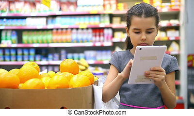 girl supermarket and tablet