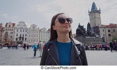 girl, tchèque, lunettes soleil, monument, beatiful, janvier, promenades, jeune, élégant, touriste, carrée, vieux, là, beau, arrière-plan., day., ensoleillé, prague, hus, republic., ville, femme, prague