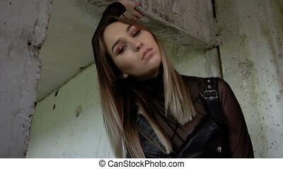 girl, vêtements, cuir noir, bâtiment., modèle, brutal, abandonnés