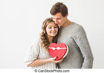 girlfriend., dare, suo, coppia, concept., regalo, vacanza, fondo, presente, giorno, giorno valentine, copia, isolato, felice, space., uomo, bianco, giovane