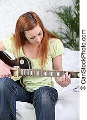 gitár, leány, játék, ágy, ült