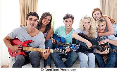 gitaar, thuis, groep, tieners, spelend