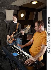 gitarre spieler, und, tastaturspieler, gleichfalls, arbeitende , in, studio., fokus, auf, entfernt, teil, synthesizer