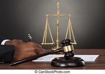 giudice, mani, scrittura, su, documento, scrivania