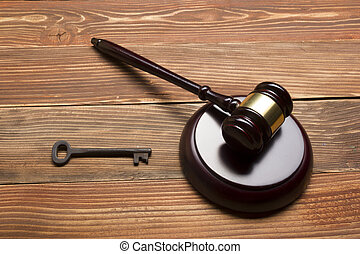 giudici, banditore, martelletto, retro, chiave porta, su, il, legno, tavola., concetto, per, prova, fallimento, tassa, ipoteca, asta, offerta, preclusione, o, ereditare, beni immobili