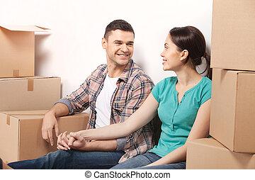 giusto, mosso, in, uno, nuovo, apartment., bello, giovane, coppia amorosa, sedere pavimento, e, tenere mani, mentre, scatole cartone, posa, intorno, loro
