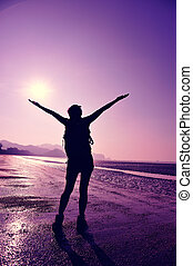 glädjande, ung kvinna, vandrare, öppna, arm