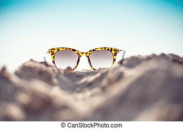 gläser, a, sandstrand