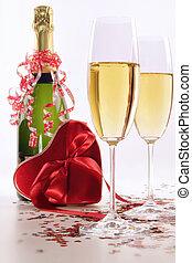 gläser champagner, für, valentinestag, mit, herz, und, bänder