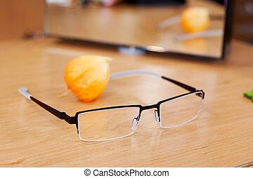 gläser, holztisch