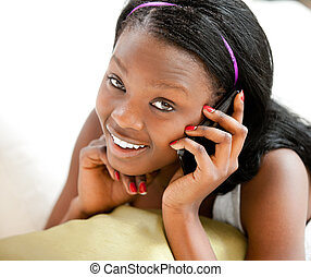 glödande, afroamerikansk, tonåring, prata på tel, le, hos,...