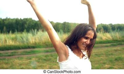 glück, junger, schöne , brünett, woman, tanzt, draußen, unter, sonnenlicht, von, sonnenuntergang, regen