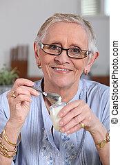 glücklich, ältere frau, essende, joghurt