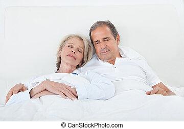 glücklich, ältere paare, auf, eingeschlafen, bett