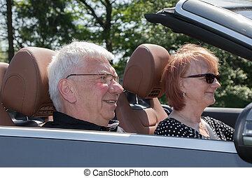 glücklich, ältere paare, auto, auf, a, sonniger tag