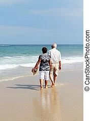 glücklich, ältere paare, gehen zusammen, auf, a, sandstrand