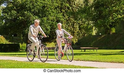 glücklich, ältere paare, reiten, bicycles, an, sommer, park