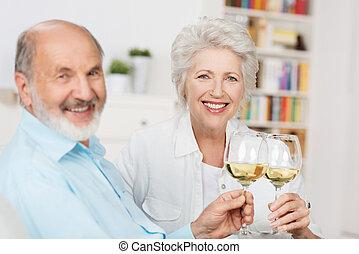 glücklich, ältere paare, toasten, einander