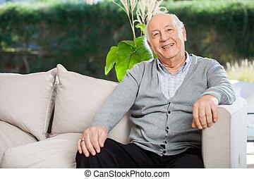 glücklich, älterer mann, sitzen, an, altersheim, vorhalle