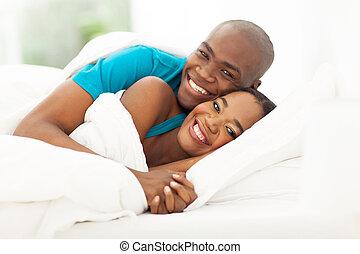 glücklich, afrikanisch, ehepaar bett