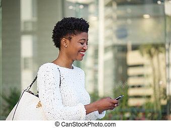 glücklich, afrikanische amerikanische frau, lesende , textmitteilung