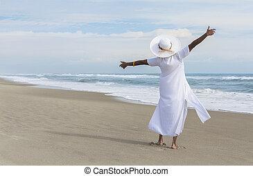 glücklich, afrikanische amerikanische frau, tanzen, auf, sandstrand