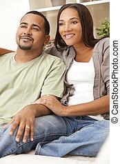 glücklich, afrikanische amerikanische paare, sitzen, hause