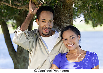 glücklich, afrikanische amerikanische paare, zusammen, unter, a, baum
