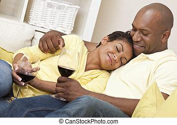glücklich, afrikanischer amerikanischer mann, &, frau, paar, wein trinken
