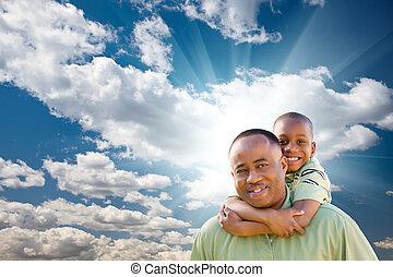 glücklich, afrikanischer amerikanischer mann, kind, aus, wolkenhimmel, und, himmelsgewölbe