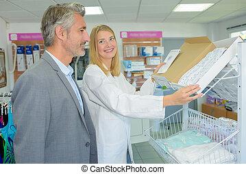 glücklich, apotheker, assistieren, a, mann, kunde, an, apotheke