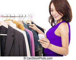 glücklich, asiatische frau, shoppen, kleidung, mit, a,...