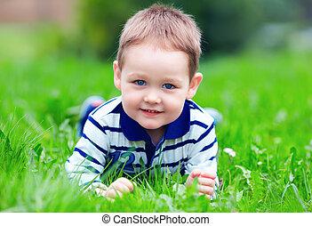 glücklich, baby- junge, liegen, auf, grünes gras, park