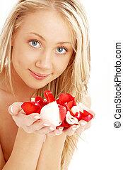 glücklich, blond, in, spa, mit, rot weiß, rosenblütenblätter