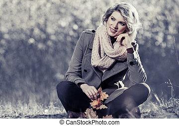 glücklich, blond, mode, frau, in, herbst wald