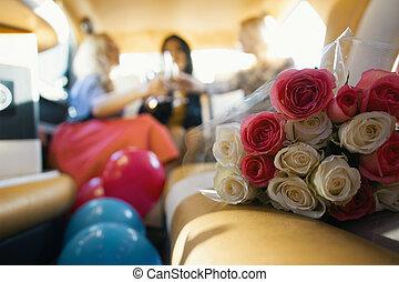 glücklich, blumengebinde, -, mädels, feiern, rosen, frauen, front, party, champagner, limousine, getrãnke
