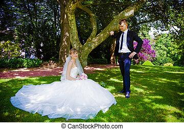 glücklich, braut bräutigam, in, a, park