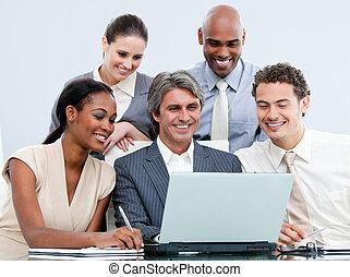 glücklich, businessteam, arbeitend zusammen