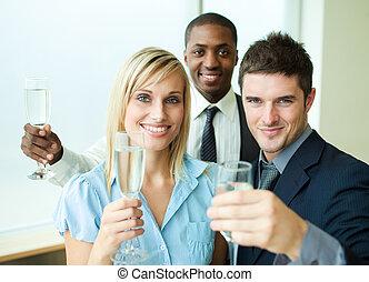 glücklich, businessteam, mit, champagner, in, buero
