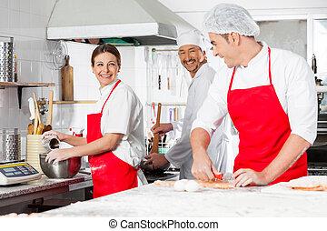 glücklich, chefs, unterhalten, in, kommerzielle küche