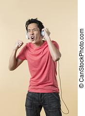 glücklich, chinesisches , mann, tragen, earphones.