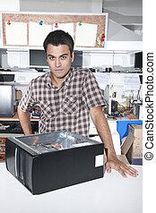 glücklich, eigentümer, von, a, computerreparatur, kaufmannsladen