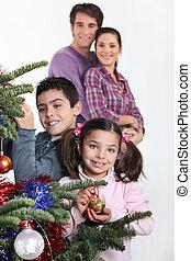 glücklich, eltern, mit, kinder, dekorieren weihnachtsbaum