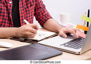 glücklich, entwerfer, arbeiten, seine, laptop, in, kreativ, buero