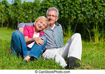 glücklich, fälliges ehepaar, draußen