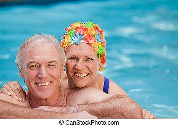 glücklich, fälliges ehepaar, in, der, schwimmender