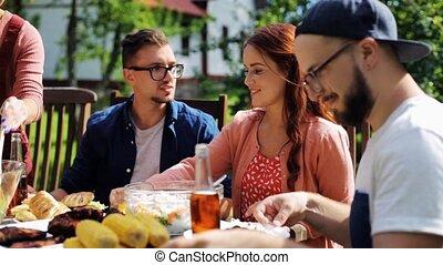 glücklich, friends, abend essen, an, sommer, gartenparty